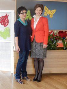 Ilse Hobbiger besuchte das HILDE UMDASCH HAUS, um Veronika Karner die Spende zu überreichen.