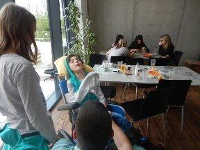 Anna bei ihrem Besuch im Amstettner Jugendzentrum A-TOLL