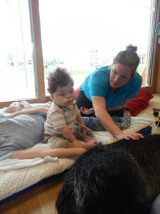 Pädagogin Sabine mit Ryan beim Streicheln des Therapiehundes